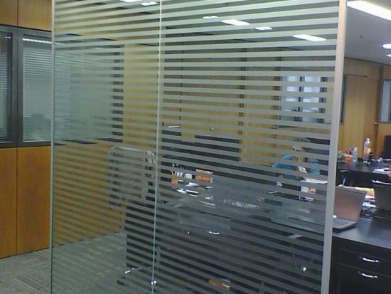 Adesivo jateado para ambientes corporativos