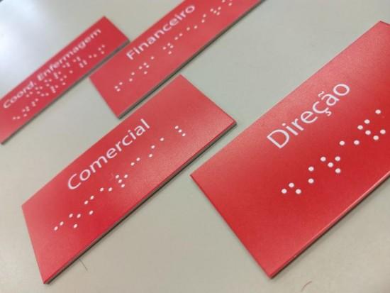 Placa para identificação de setores com Braille